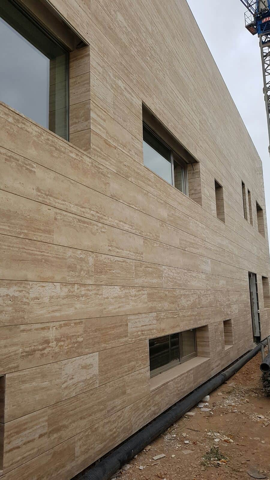 marmol_travertino_turco_con_veta_fachada
